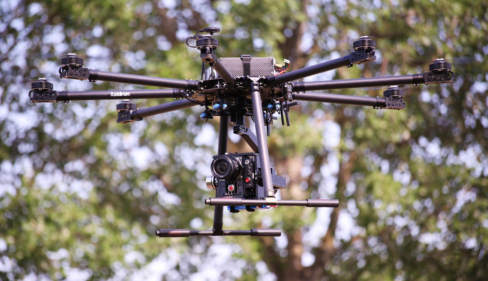 droni professionali equipaggiati con cinepresa red