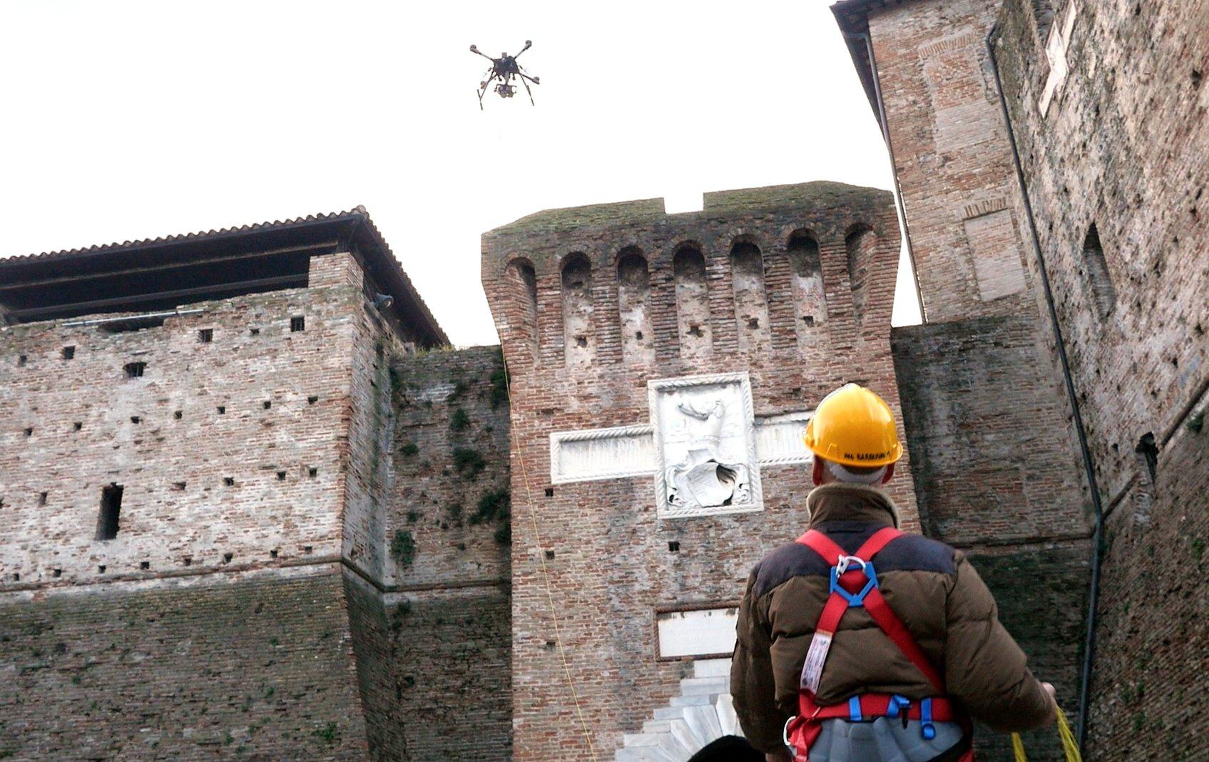 ispezione in centro storico effettuata con droni professionali vincolati al suolo