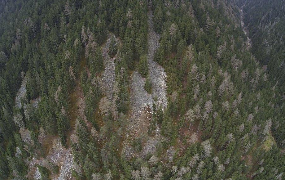 ispezione del versante di una montaga realizzata mediante droni professionali