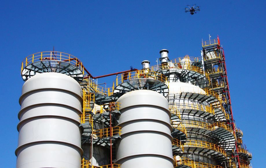 ispezione di un impianto industriale con droni professionali